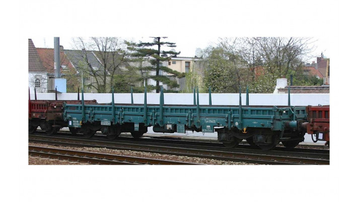 SNCB, 4-axle flat wagon Rmms in turqoise livery, loaded with steel pla