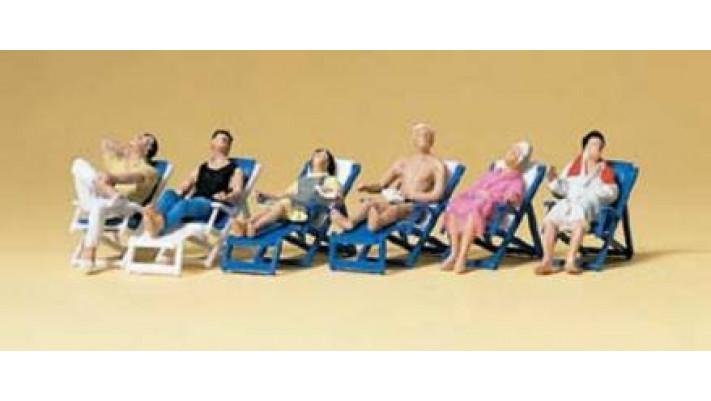 personnes au repos dans chaise longue
