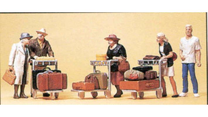 voyageurs avec chariot à bagages