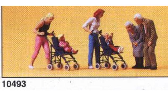maman bébé en pousette et grand parents