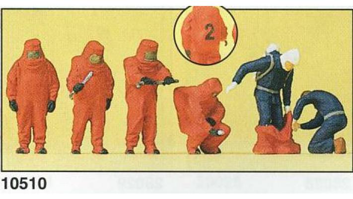 pompiers avec tenue résistante