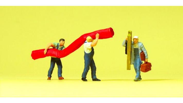 artisans transportant un tapis