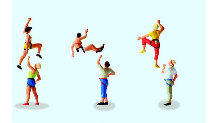 sportifs faisant de l'escalade