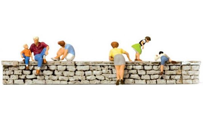 personnes sur un mur