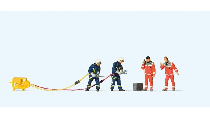 pompiers avec lance d'arrosage et personnel paramédical#