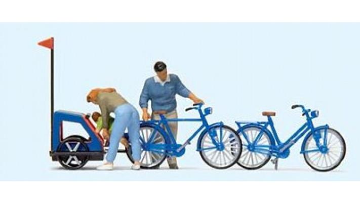famille se préparant à faire du vélo