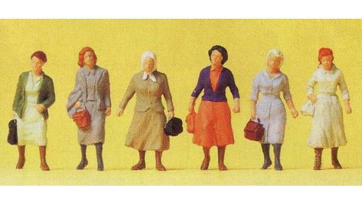 femmes de banlieue en route vers la gare