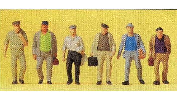 hommes de banlieue en route vers la gare