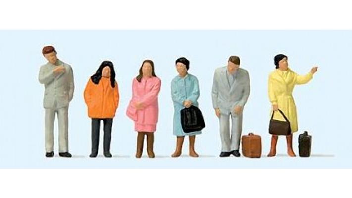 voyageurs attendant