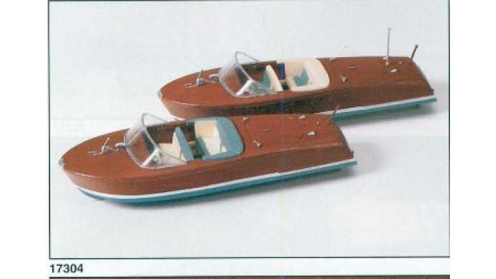 deux canots à moteur