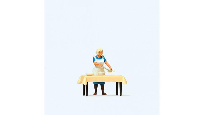 femme servant le dîner
