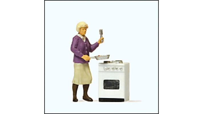 femme devant sa cuisiniere