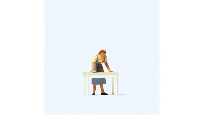 femme netoyant la table