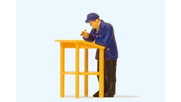 cheminot travaillant debout sur un bureau