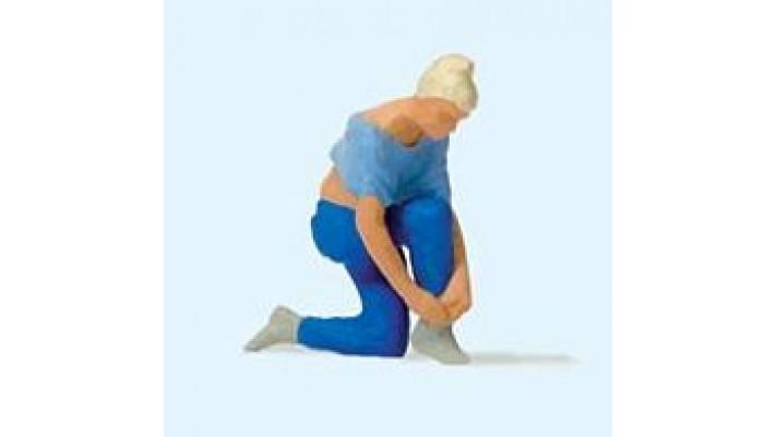 femme essayant ses chaussures