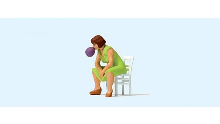 femme avec un chewing-gum
