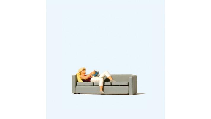 femme lisant sur le sofa#