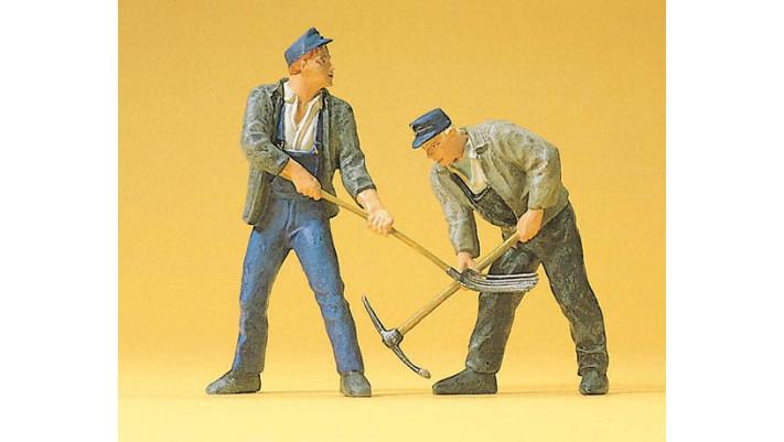 2 ouvriers de voie avec pioches