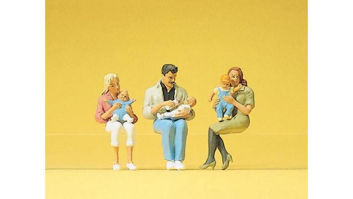 parents assis avec enfants