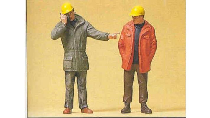 ouvriers d'usine debouts