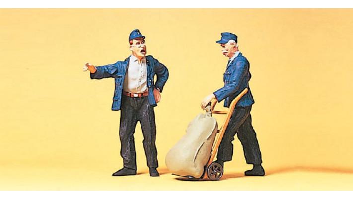 personnel d'entrepôt charette à bras