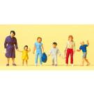 femmes avec enfants marchant