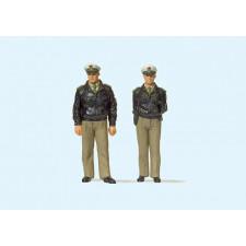 2 policiers debouts, uniforme vert