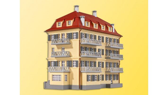 N Mehrfamilienhaus mit Balkon