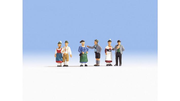 Gens en costumes folkloriques