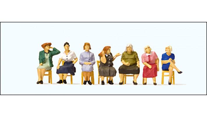 femmes assises (chaises incluses)