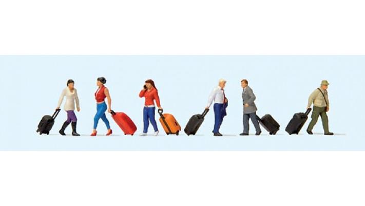 voyageurs avec leurs valises à roulettes